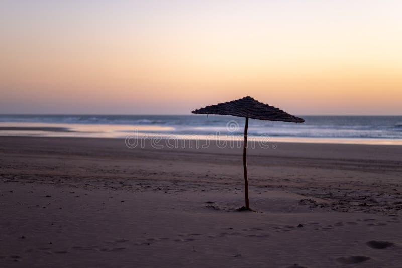 Kust av Sidi Kaouki, Marocko, Afrika skjuten solnedgångtid för exponering long Marockos stad för wonderfullbränning royaltyfria bilder