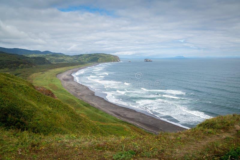 Kust av Stilla havet p? den Kamchatka halv?n royaltyfri bild