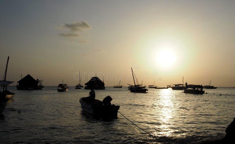 Kust av Zanzibar på solnedgången Tanzania royaltyfri foto