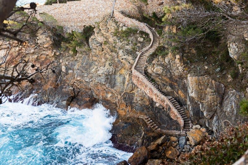 Kust- bana längs Costa Brava, Catalonia arkivbilder