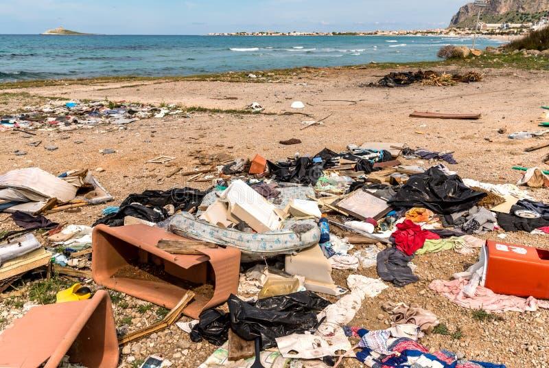 Kust- degradering med den smutsiga stranden, rackar ner på och inhemsk avfalls som förorenar den Capaci stranden i landskap av Pa arkivfoton