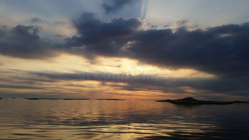 Kust door het vallen van de avond Noorwegen stock fotografie