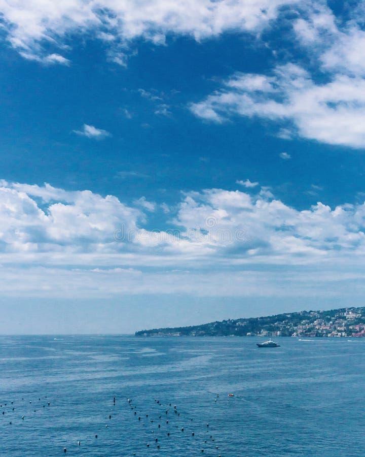 Kust en horizon van Napels, Italië stock fotografie