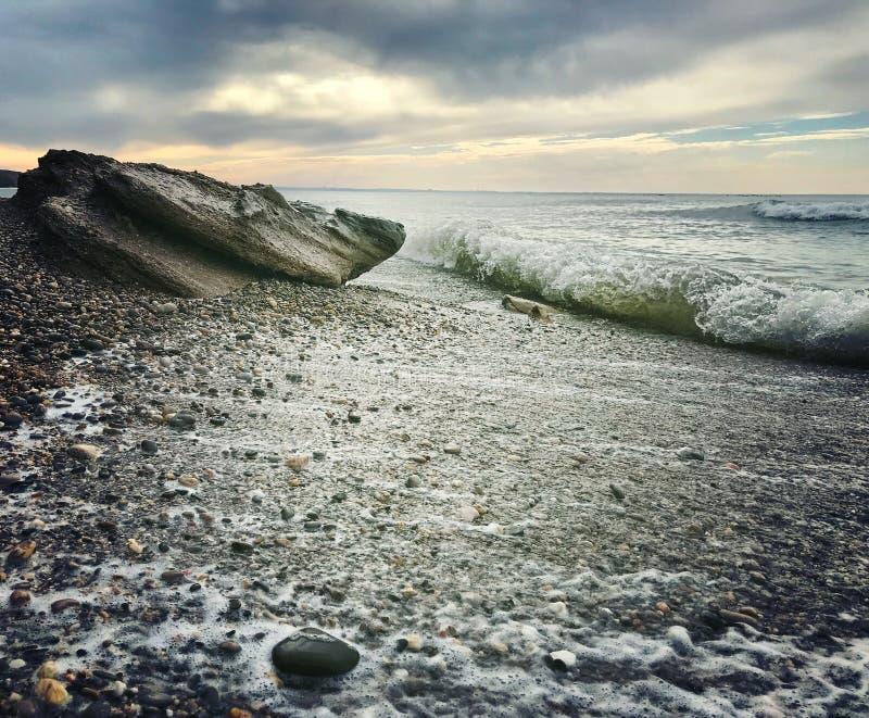 Kust för ‹för †för havs pebbles wave Stenar royaltyfri bild