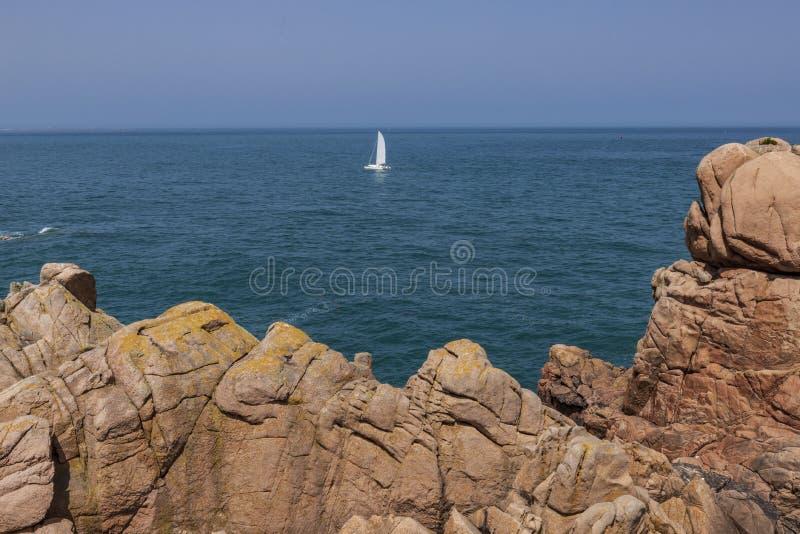 Kust för Bréhat öFrankrike vitt skepp för rosa granit arkivfoton