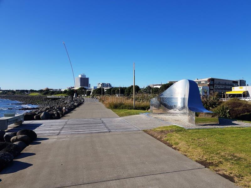 Kust- gångbana i nya Plymouth med konstverk 'ljus på landet 'och vindtrollstaven arkivfoto