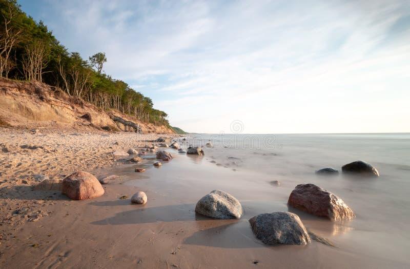 Kust i Polen med stenar och en klippa royaltyfria bilder