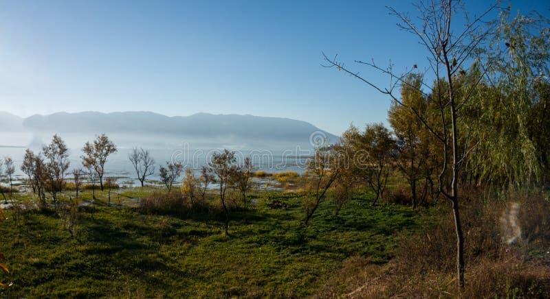 Kust- landskap av erhaisjön royaltyfria bilder