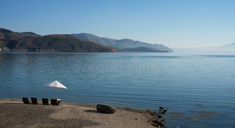 Kust- landskap av erhaisjön arkivfoto