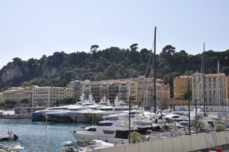 Kust- landskap för trevlig semesterort på franska Riviera fotografering för bildbyråer
