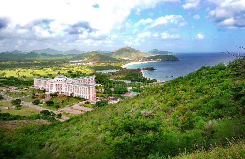 Kust- landskap, hotell och by på stranden arkivbilder