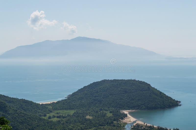 Kust- landskap med halvön och ön nära Hoi An, Vietnam royaltyfri bild