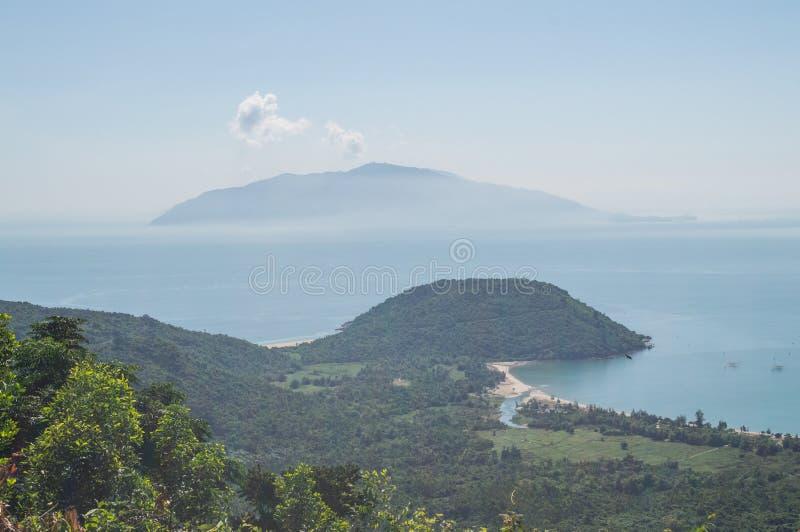 Kust- landskap med halvön och ön nära Hoi An, Vietnam royaltyfri fotografi