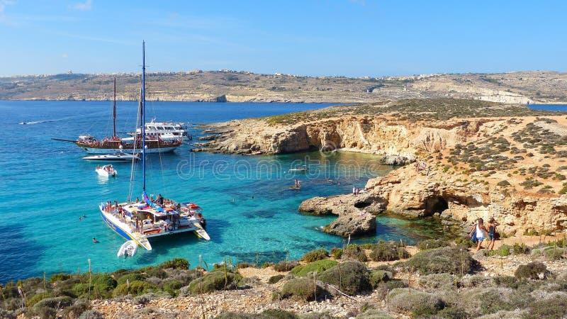 Kust- landskap på den Comino ön i Malta royaltyfri foto