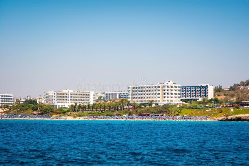 Kust- linje av Ayia Napa med stranden och hotell Famagusta Distr arkivfoton
