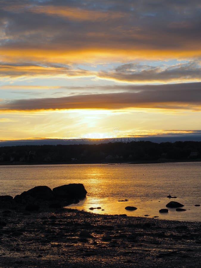 Kust- Maine Sunset med vibrerande färger arkivbilder