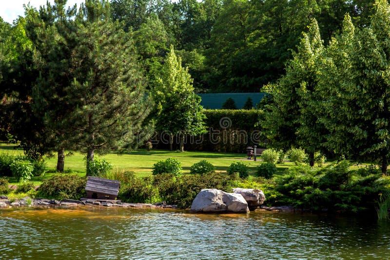 Kust med landskapdesign med buskar och träd royaltyfri bild