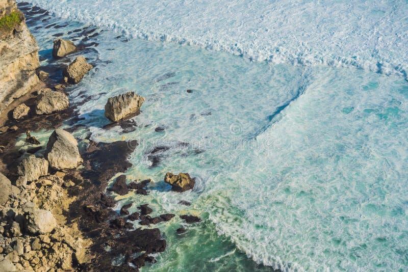 Kust med rullande vågor, sikt från en höjd av 300 meter royaltyfri bild