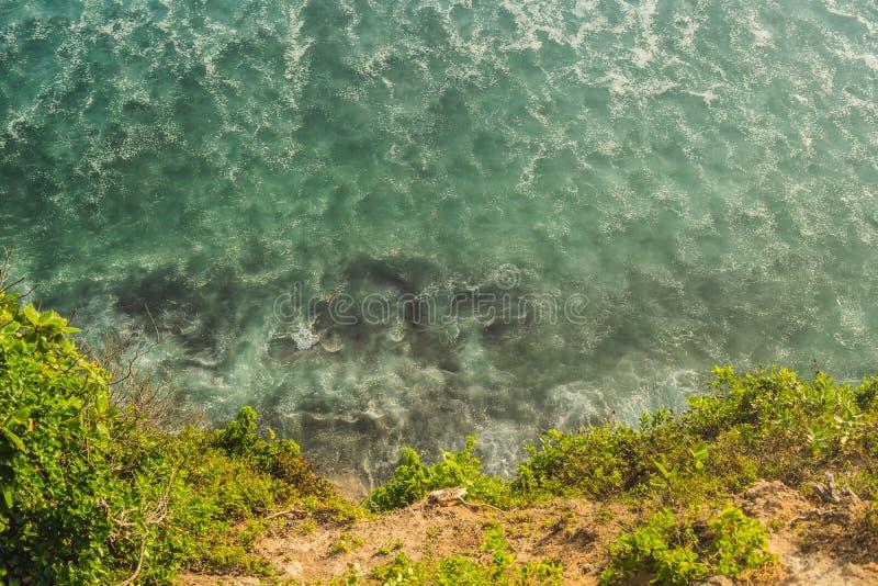 Kust med rullande vågor, sikt från en höjd av 300 meter arkivbild