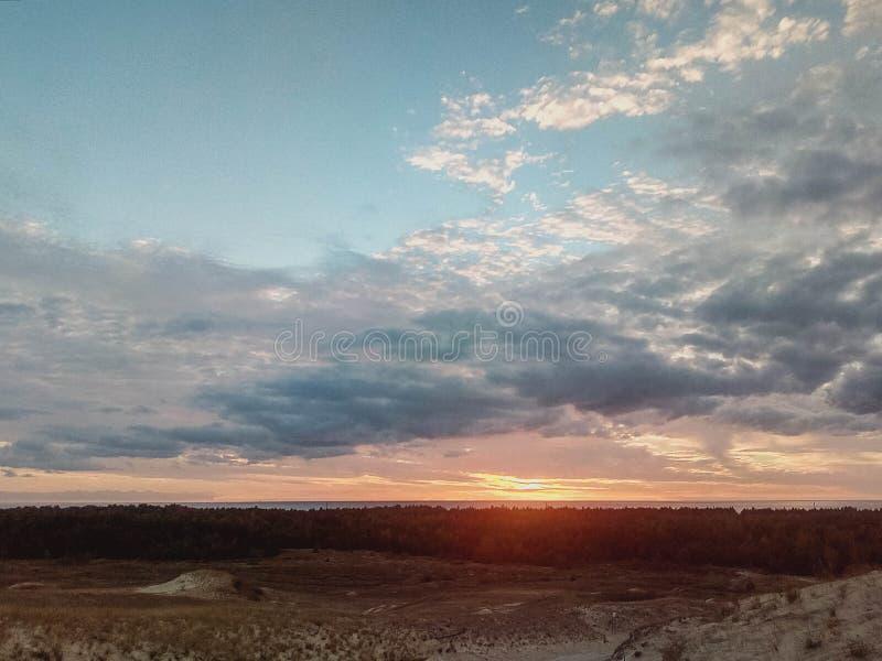 Kust met zandduinen en kleurrijke hemel royalty-vrije stock foto's