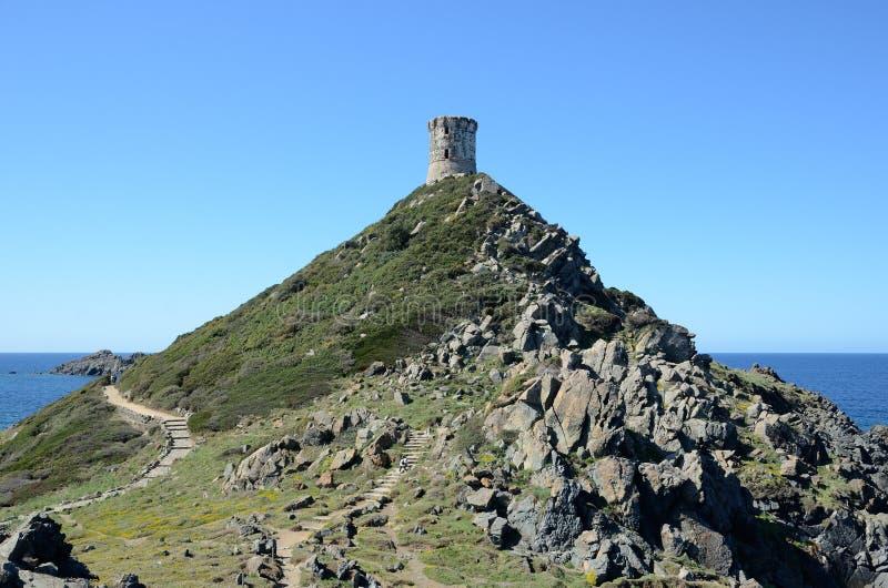 Kust oude toren op het kleine onderstel royalty-vrije stock foto