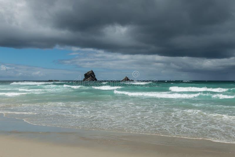 Kust- sikt av Nya Zeeland med stormen som bryggar i avstånd Dunedin södra ö royaltyfria bilder