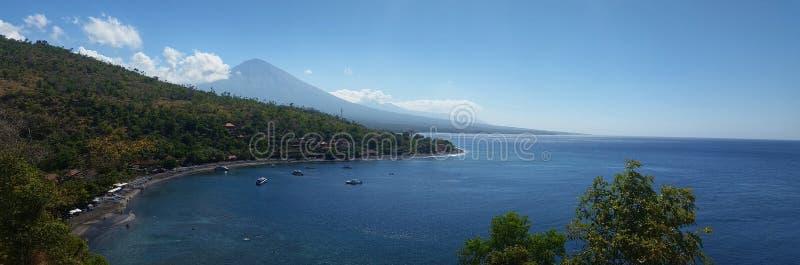 Kust- sikt Bali med vulkan i avstånd fotografering för bildbyråer