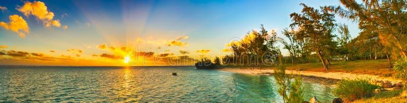 Kust- sikt på solnedgången mauritius panorama arkivfoto