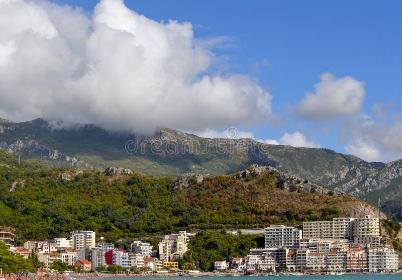 Kust- stad på foten av berget Becici Montenegro, sikt av staden och bergen royaltyfria foton