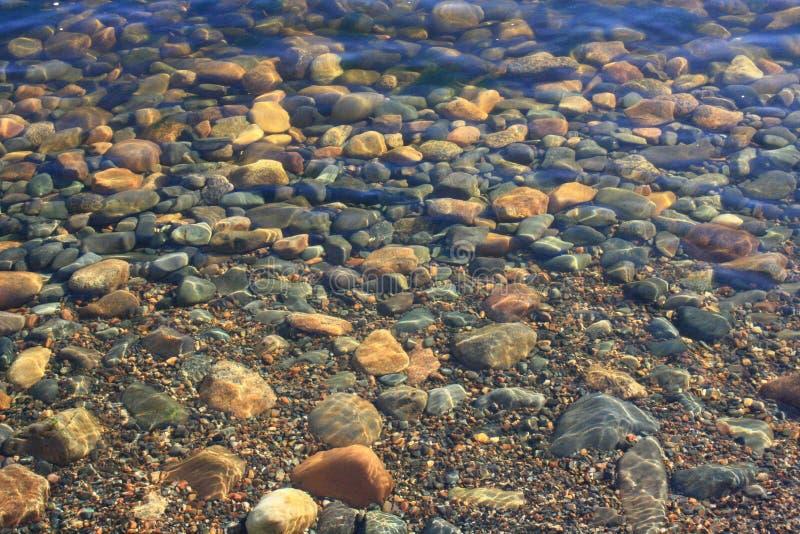 Kust- stenar under vatten arkivfoton