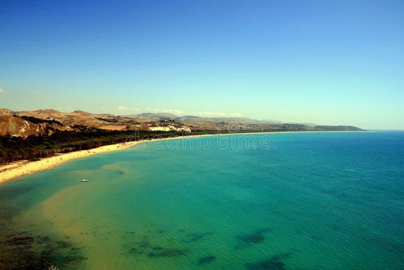 Kust, strand & blauwe turkooise overzees, Sicilië royalty-vrije stock afbeelding
