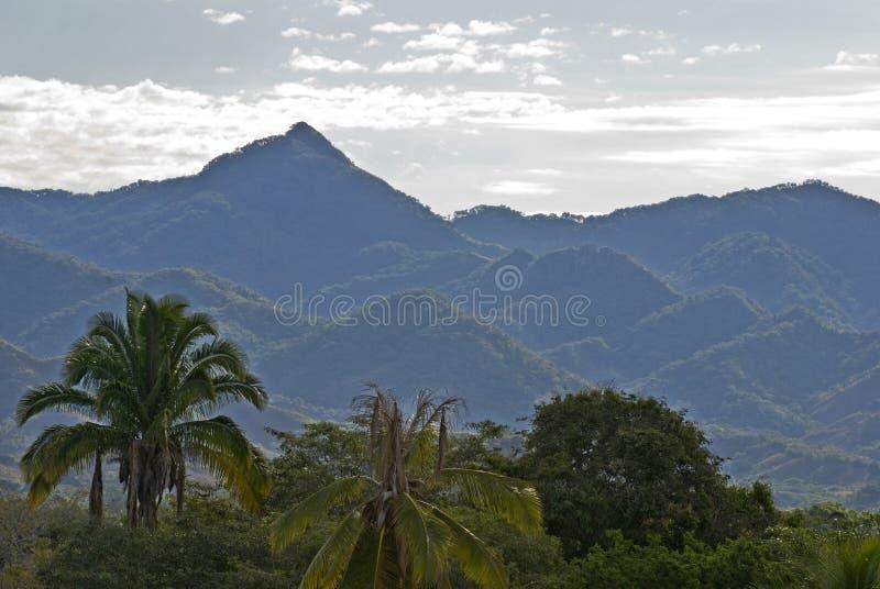 kust- uddmadretoppig bergskedja fotografering för bildbyråer