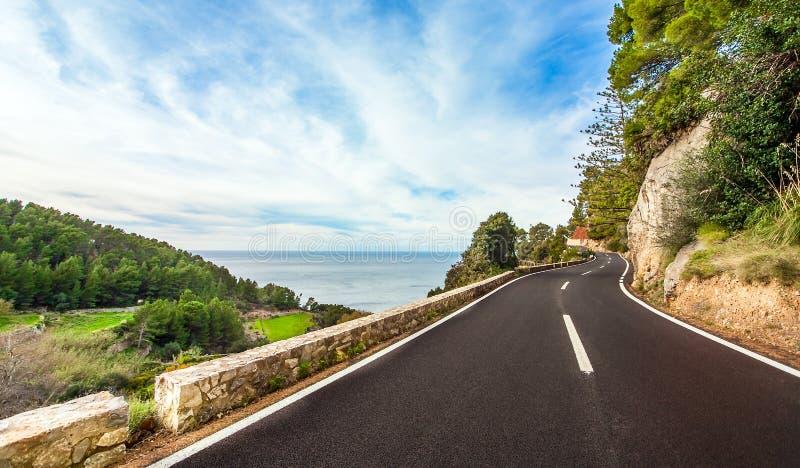 Kust- väg på sydkusten av Mallorca royaltyfri bild