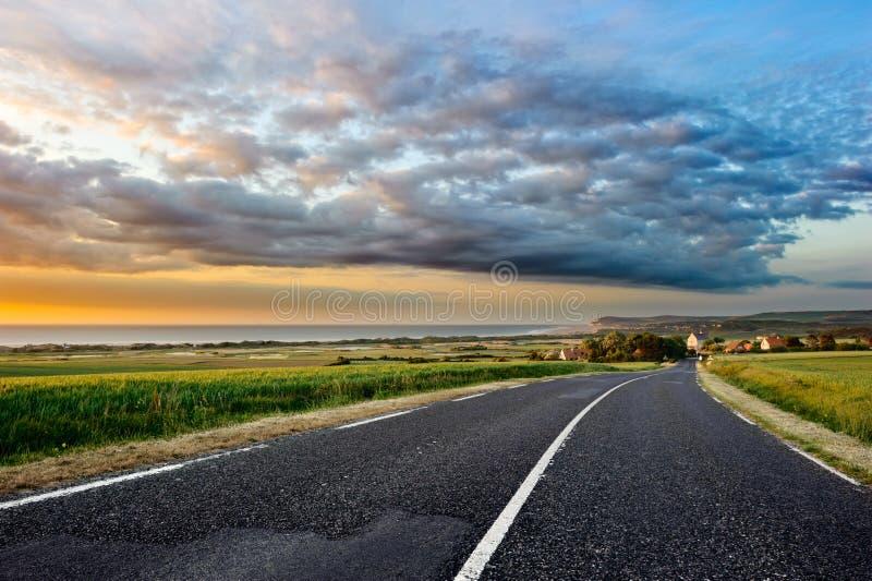 kust- vägsolnedgång royaltyfri bild