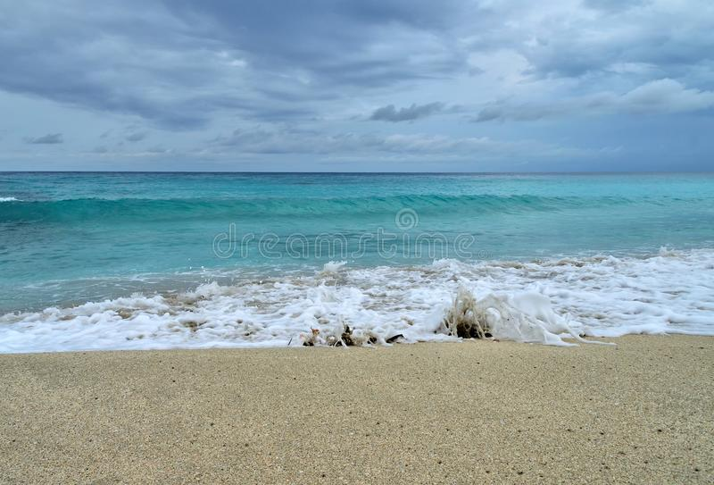 Kust van de Atlantische Oceaan tijdens een onweer, golven op het zand, motorjacht op de horizon, lage wolken, Varadero, Cuba stock foto's
