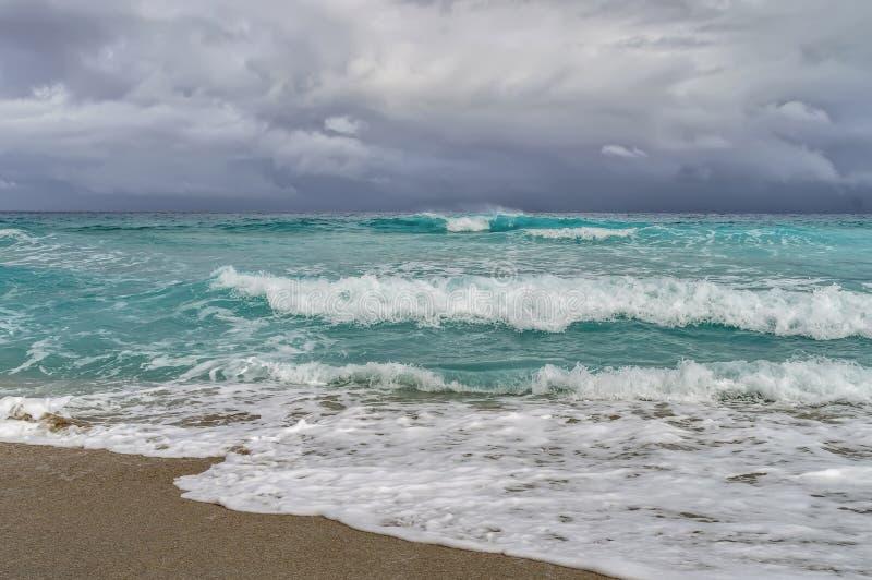 Kust van de Atlantische Oceaan tijdens een onweer, golven stock foto