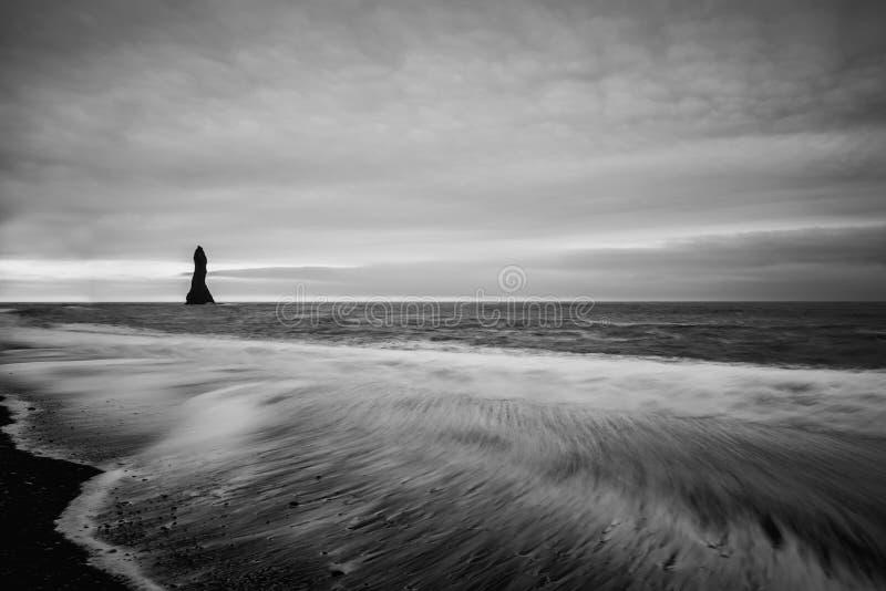 Kust van de Atlantische Oceaan Vic Beach in IJsland stock foto's