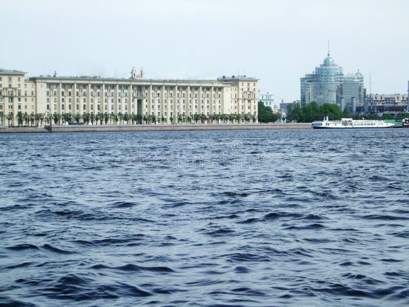 Kust van de rivier Neva Saint Peterburg stock afbeelding