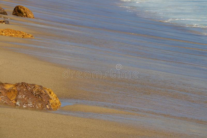 Kust van de Vreedzame Oceaan met sporen van golven met stenen royalty-vrije stock afbeeldingen