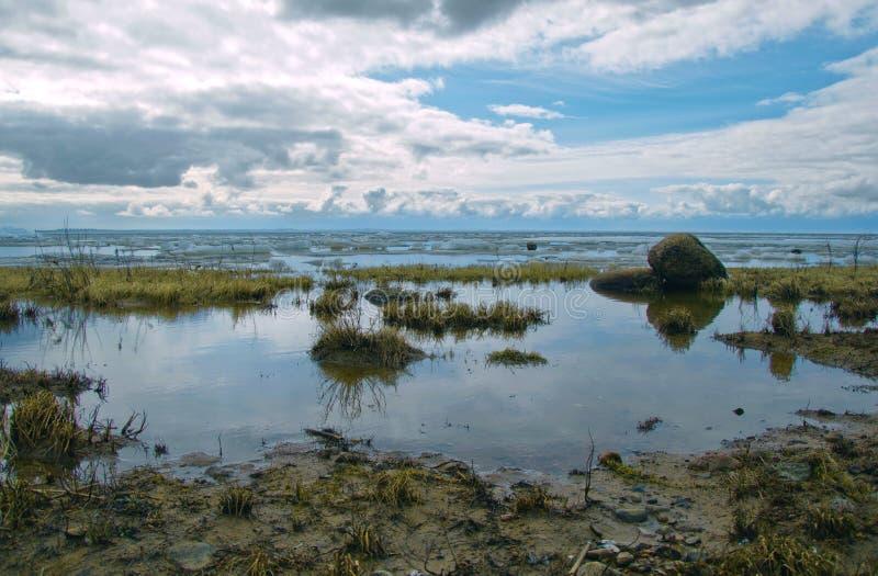 Kust van het Noordenbaai en bewolkte hemel royalty-vrije stock afbeelding