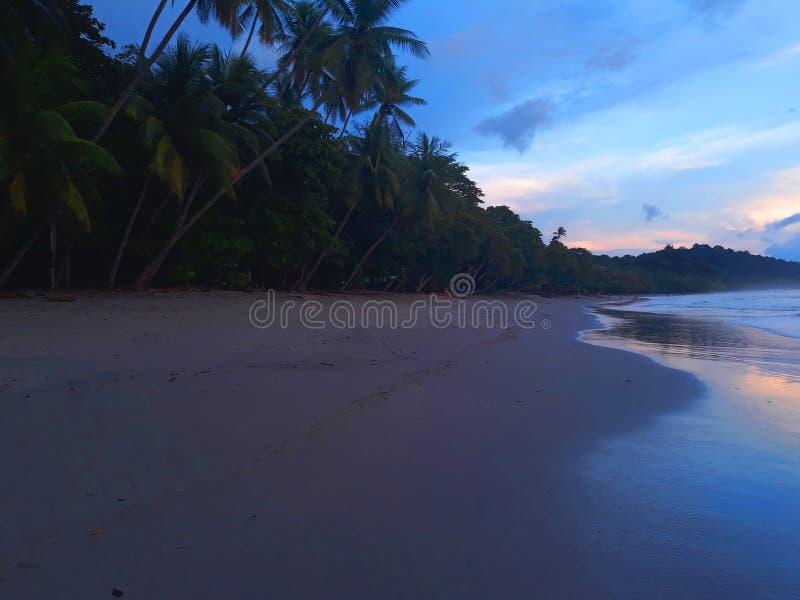 Kust van het strand in een vreedzame en perfecte middag royalty-vrije stock afbeeldingen