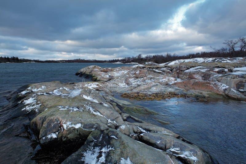 Kust van Lappo Eiland in de winter, Eilanden Aland stock foto's