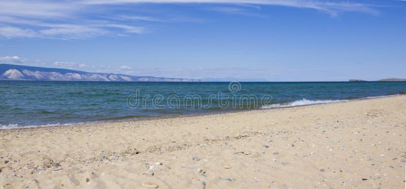 Kust van Meer Baikal op Olkhon-Eiland stock foto's