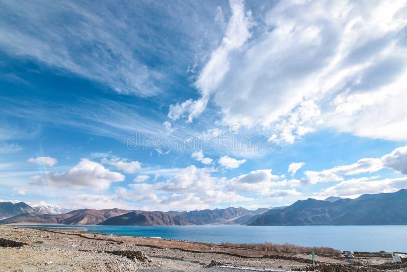 Kust van Pangong-Meer in Leh, Ladakh, India royalty-vrije stock fotografie