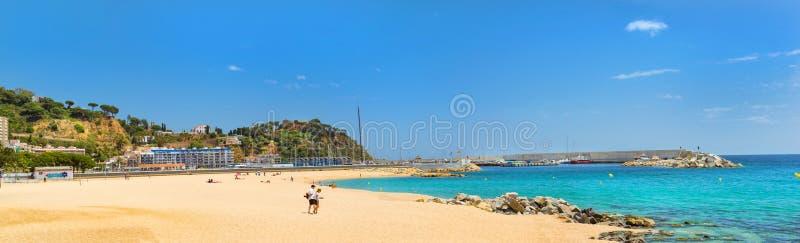 Kust van zandige strandtoevlucht Blanes Catalonië Spanje stock afbeeldingen