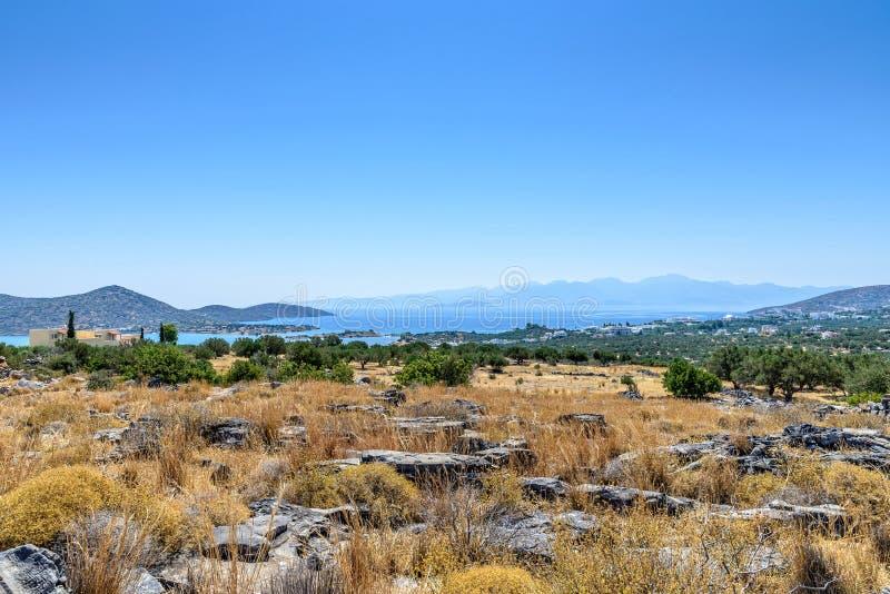 Kust vanaf de bovenkant van een heuvel in Kreta stock afbeeldingen