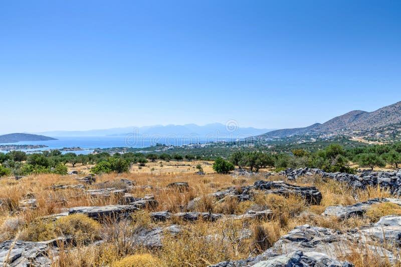 Kust vanaf de bovenkant van een heuvel in Kreta stock foto