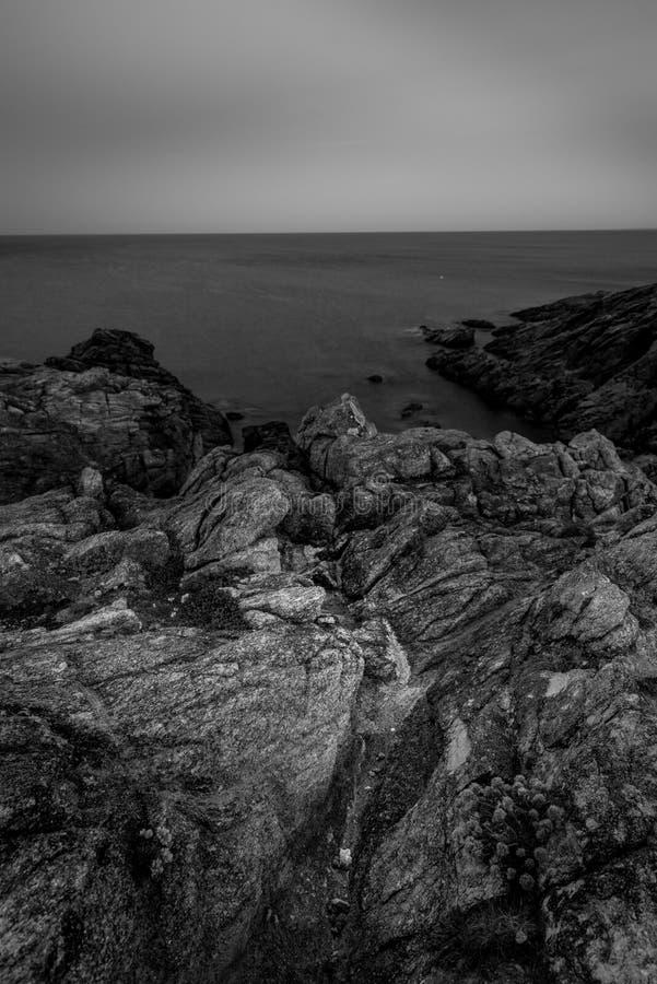 Kust- vandring till soluppgången i Quiberon i Brittany arkivbild