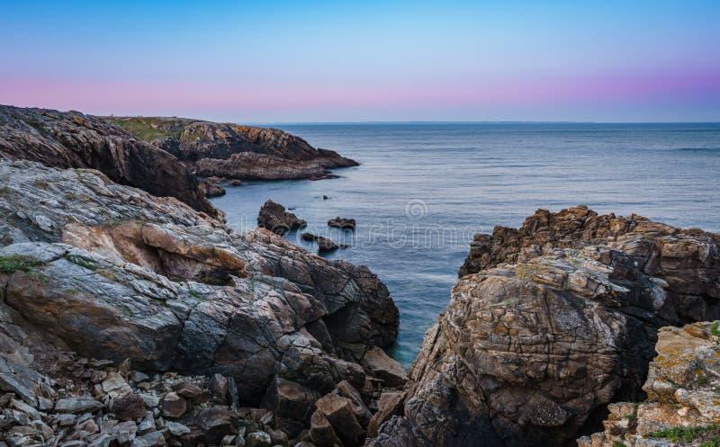 Kust- vandring till soluppgången i Quiberon i Brittany royaltyfria bilder