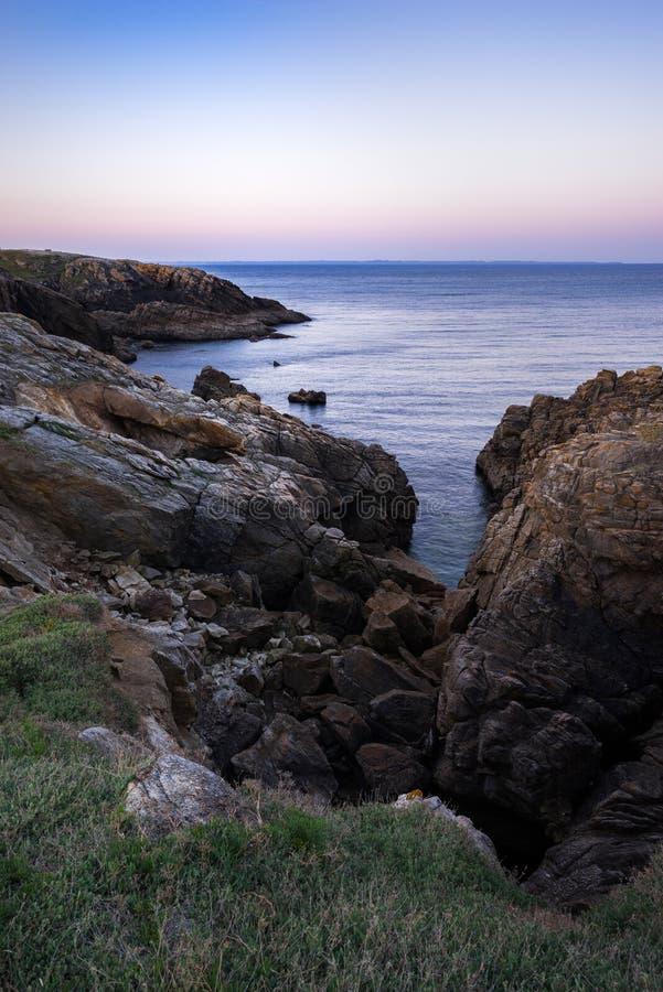 Kust- vandring till soluppgången i Quiberon i Brittany royaltyfri bild